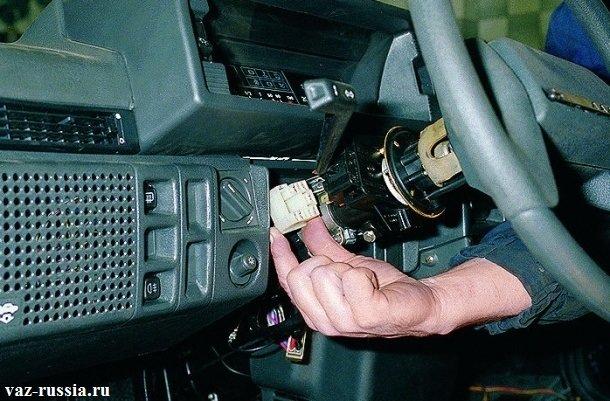 Отсоединение разъёма проводов от переключателя поворота