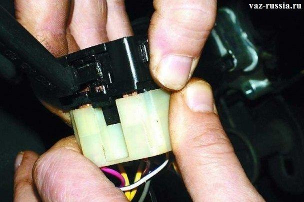 Отсоединение рукой разъёма от переключателя