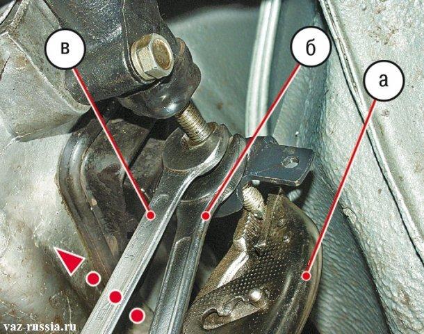 Удерживания толкателя клещами и удерживание регулировочной гайки, и в то же время заворачивание контргайки
