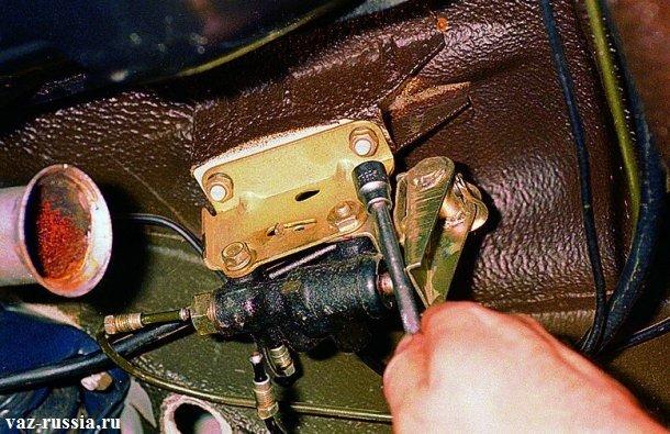 Отворачивание двух гаек которые крепят кронштейн совместно с регулятором, к кузову автомобиля
