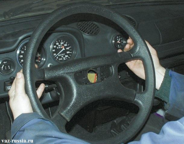 Ударение руками по заднему ободу и дальнейшее снятие рулевого колеса