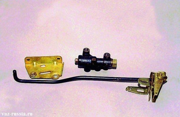 Отсоединённый кронштейн, отсоединённый регулятор давления и отсоединённые рычаги регулятора