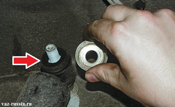 Снятие шайбы и наружной резиновой втулки которая указана красной стрелкой