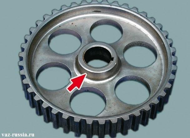 Стрелка указывает на выступающую часть ступицы, которая должна быть установлена строго по направлению к двигателю