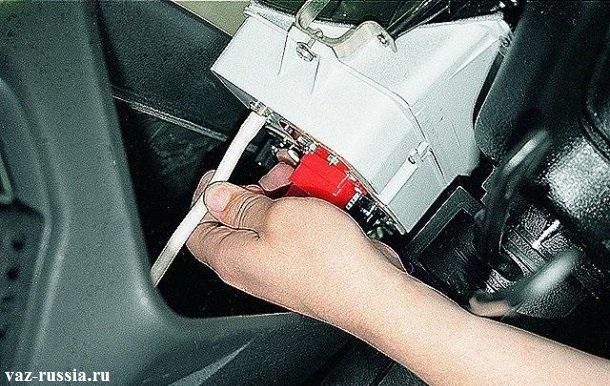 Отсоединение шланга подвода разряжения