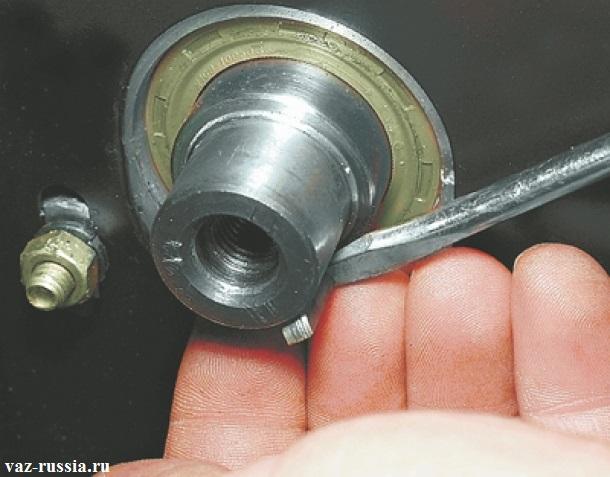 Извлечение отверткой шпонки шкива из паза распредвала