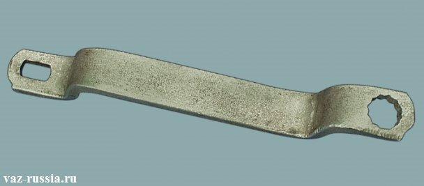 На фото изображен специальный ключ, для снятия автомобильного амортизатора