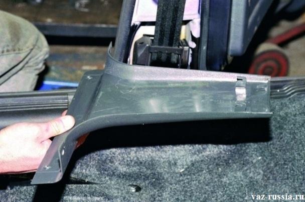 Снятие средней накладки со стойки кузова