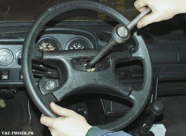Ослабление центральной гайки крепления рулевого колеса