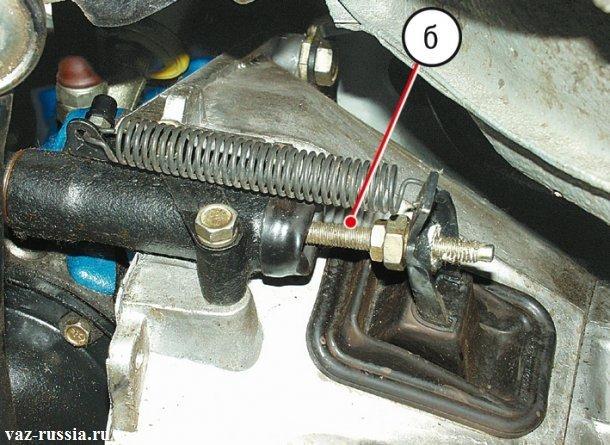 Стрелкой указан толкатель рабочего цилиндра