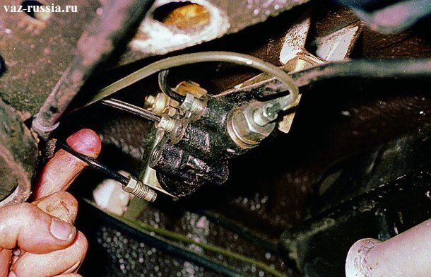 Извлечение тормозных трубок из отверстия в корпусе регулятора давления