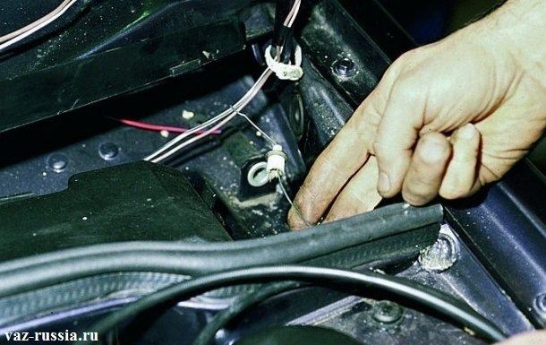 Выведение троса привода в моторный отсек