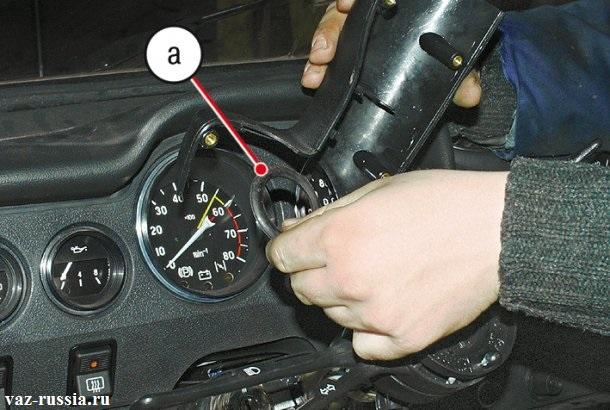 Снятие кожуха с рулевой колонки и снятие уплотнительного кольца