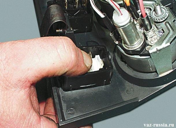 Зажимание с задней части защёлки выключателя, и надавливание с передней части рукой на сам выключатель и вследствие чего его снятие
