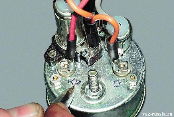 Нанесение ручкой меток, для того чтобы обратная установка проводов была правильной