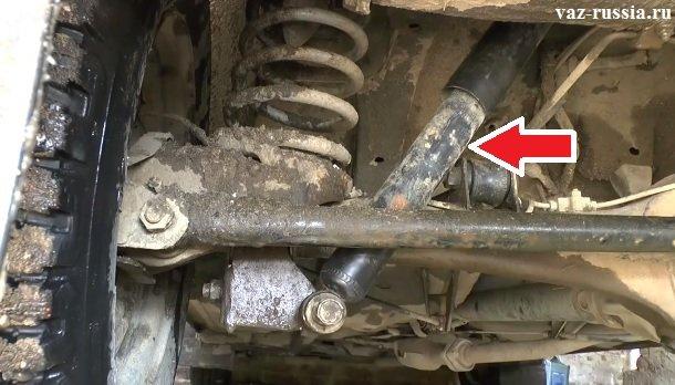 Стрелкой показано местонахождение заднего амортизатора
