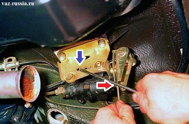 Отведите кронштейн указанный синей стрелкой до такого состояния, чтобы проволока или сверло толщиной на «2.0-2.1 мм» вошло в зазор который указан красной стрелкой