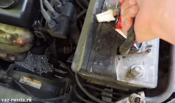 Снятие аккумуляторной батареи с автомобиля