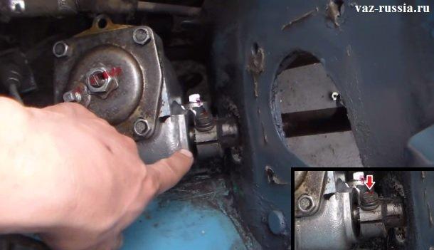 Стрелкой указан болт который нужно слегка вывернуть на 2-3 оборота и после чего при помощи отвёртки нужно разжать клеммное соединение обоих валов