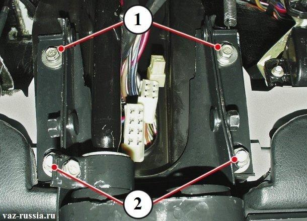 Четырьмя стрелками показаны гайки и болты которые необходимо отвернуть, для снятия кронштейна