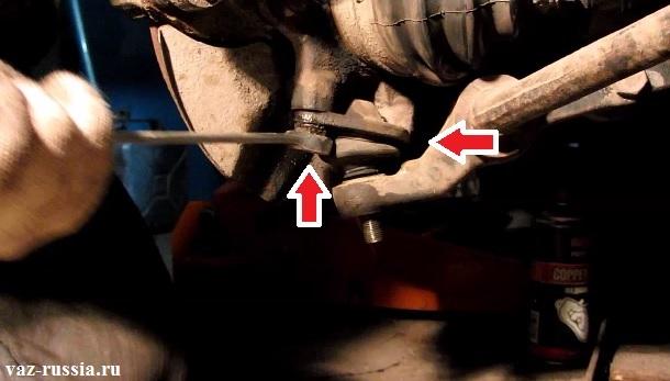 Два болта крепления опоры к поворотному кулаку