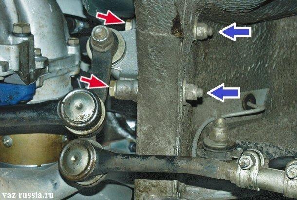 Синими стрелками указаны гайки крепления маятника, а красными их болты которые нужно удерживать от проворачивания во время отворачивания гаек