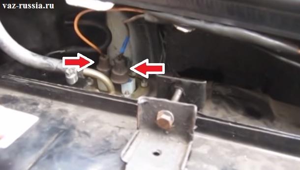 Стрелками указаны два провода которые подлежат отсоединению, но только обязательно запомните какой куда провод подсоединяется