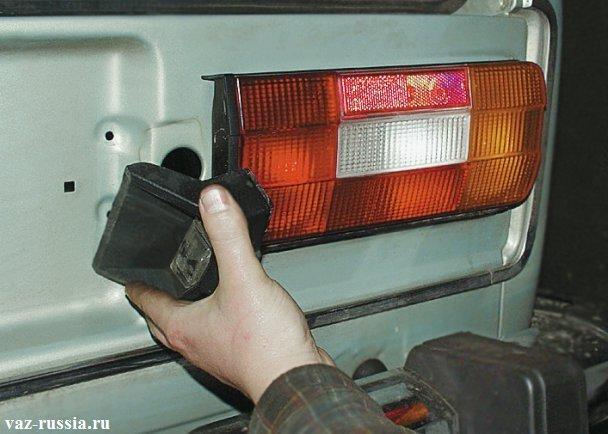 Снятие фонаря который нужен для того, чтобы освещать номер