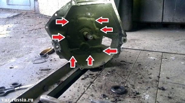 Стрелками указаны гайки крепления картера сцепления к картеру коробки
