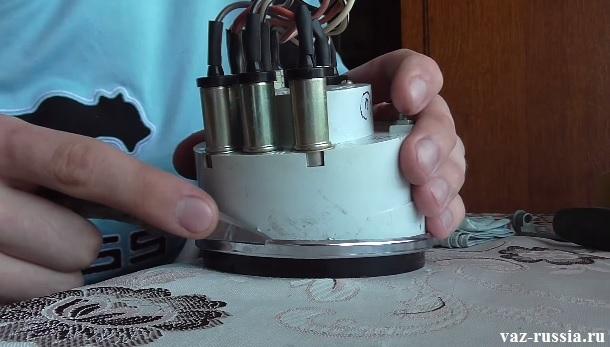 Поддевание ножом хромированной окантовки прибора