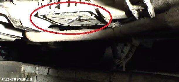 На фото в круг обведён картер коробки