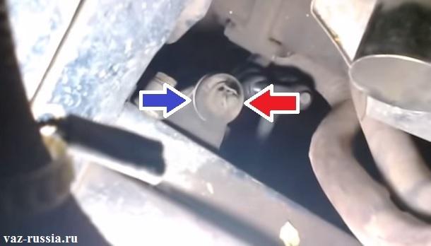 Синей стрелкой - указана шайба которую нужно будет обхватить пальцем при замере люфта. Красной стрелкой указана - регулировочная гайка, и по сути показан часть корпуса маятникового рычага к которому при проверки так же необходимо будет приложить свой палец.