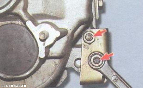Отворачивание гаек крепления кронштейна приёмной трубы глушителя