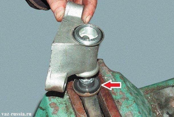Снятие кронштейна и снятие второго уплотнительного кольца, которое под этим кронштейном находится