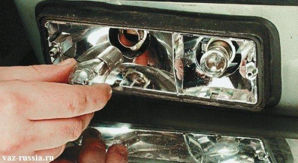 Нажимание на лампочку рукой и поворачивание её против часовой стрелки и тем самым сняте лампы с автомобиля