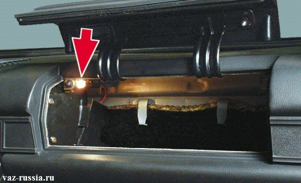 Данная лампа располагается в верхней части вещёвого ящика как показано на рисунке