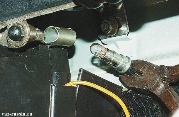 Извлечение лампы за её патрон при помощи пассатижей