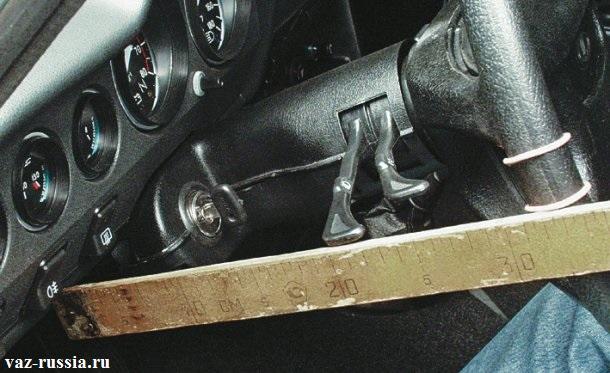 Поворачивание рулевого колеса и выставление отметки на ободе руля