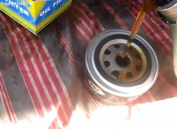 Заливание нового моторного масла в новый фильтр