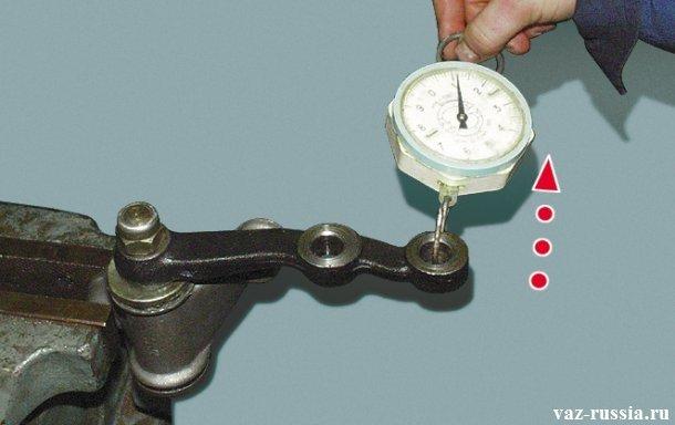 Проверка исправности маятникового рычага, посредством прикладывания усилия на его сошку