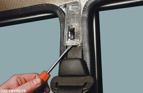 Поддевание плафона с помощью отвёртки в его нижней части