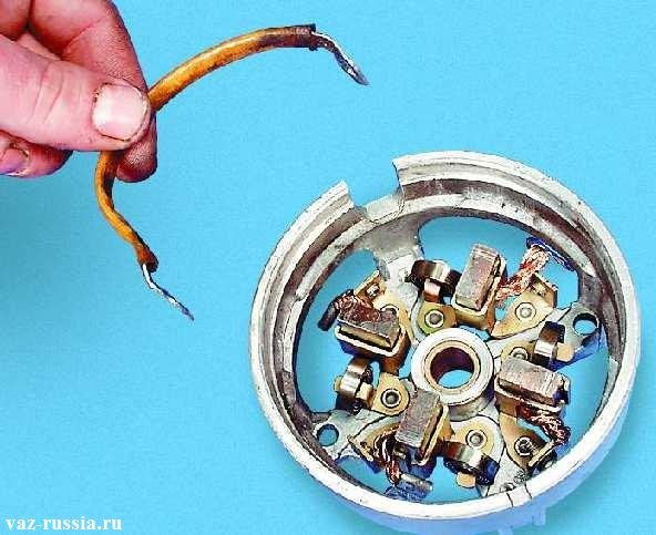 Снятие перемычки со щеткодержателя находящегося в крышки