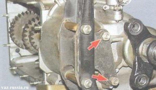 Стрелкой указаны гайки крепления подушки задней подвески