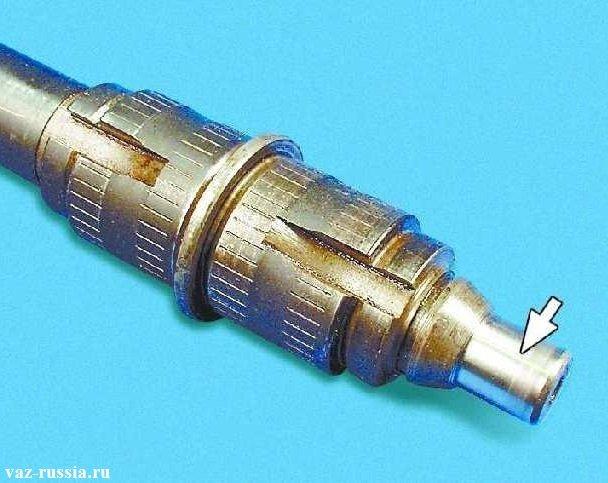 Стрелка указывает на поверхность качения роликов вторичного вала коробки