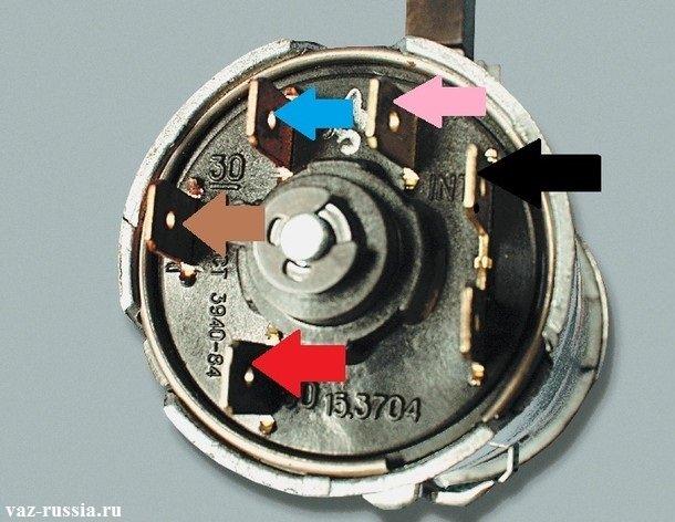 Стрелками указаны какого цвета провода должны быть подсоединены к тому или иному штекеру