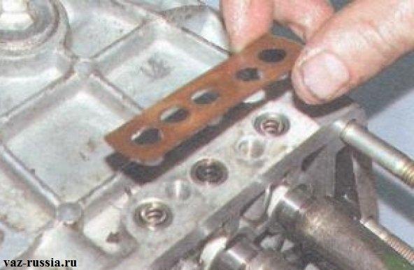 Снятие прокладки находящейся под фиксаторной крышкой