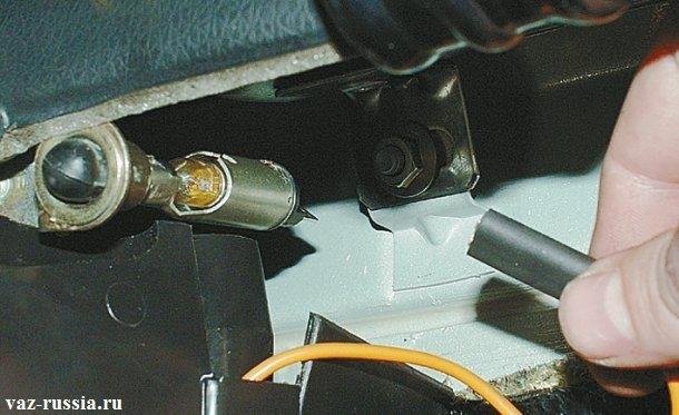 Отсоединение от лампы кончика проводов
