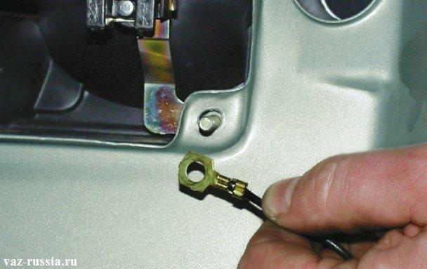 Провод который обязательно нужно будет одень на шпильку и после чего завернуть его гайкой, чтобы он закрепился