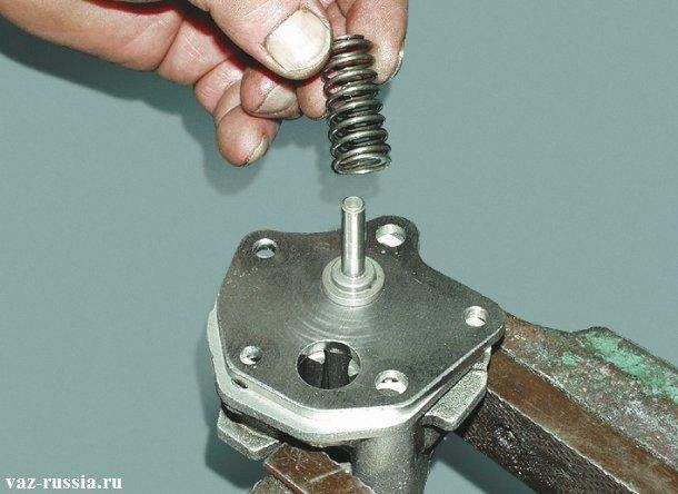 Снятие пружины редукционного клапана с оси