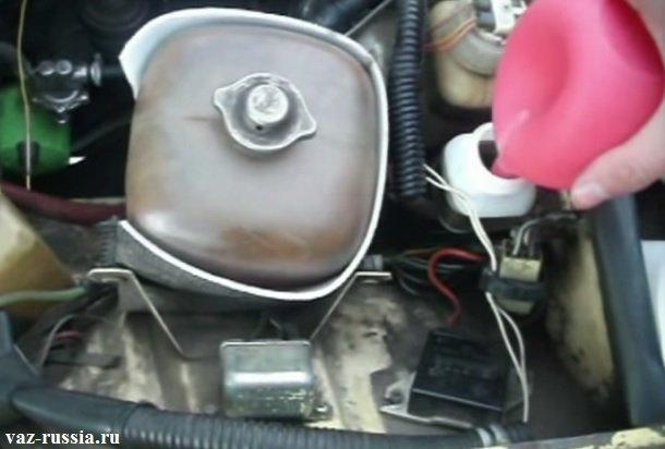 Выливание тормозной жидкости из бачка при помощи резиновой груши